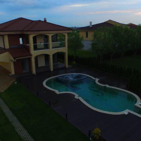 Луксозна къща с басейн в затворен комплекс