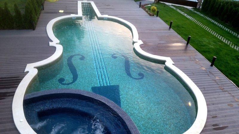 Изграждане на басейн с форма на цигулка